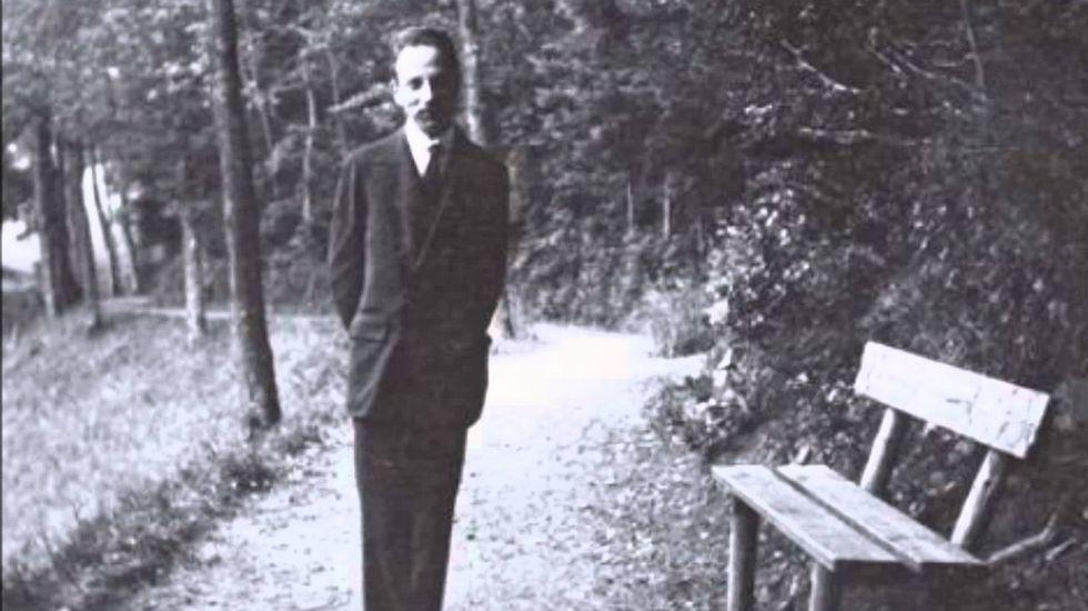 EN EL BOSQUE. El poeta Rainer Maria Rilke, retratado en 1913 en un paseo por el parque de Bad Rippoldsau, en la Selva Negra septentrional, Alemania