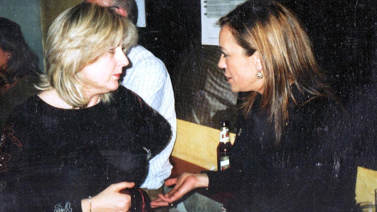 Así pasan los candidatos a la Presidencia del Principado la jornada de reflexión.Ángela Vallina y Concha Gómez, en una de sus largas conversaciones