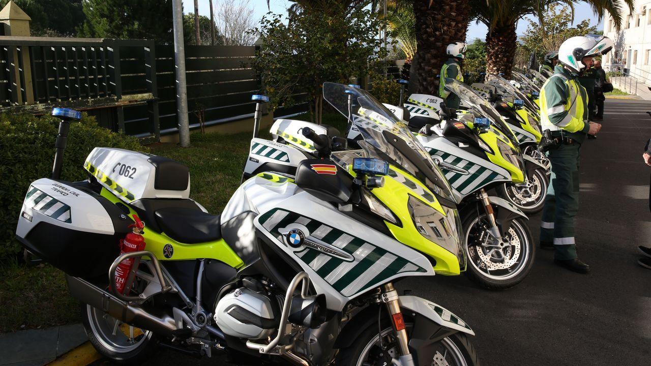 Así son las motos de la Guardia Civil con detector de alcohol y drogas.Los bomberos extinguen un incendio en un garaje de Pravia