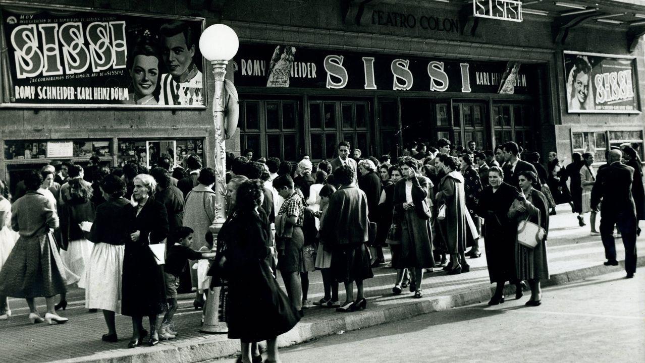 RETROSPECTIVA DE SEPTIEMBRE DE 1956 CON GENTE HACIENDO COLA DELANTE DE LA TAQUILLA DEL CINE TEATRO COLON PARA VER LA PELICULA ''SISI''.