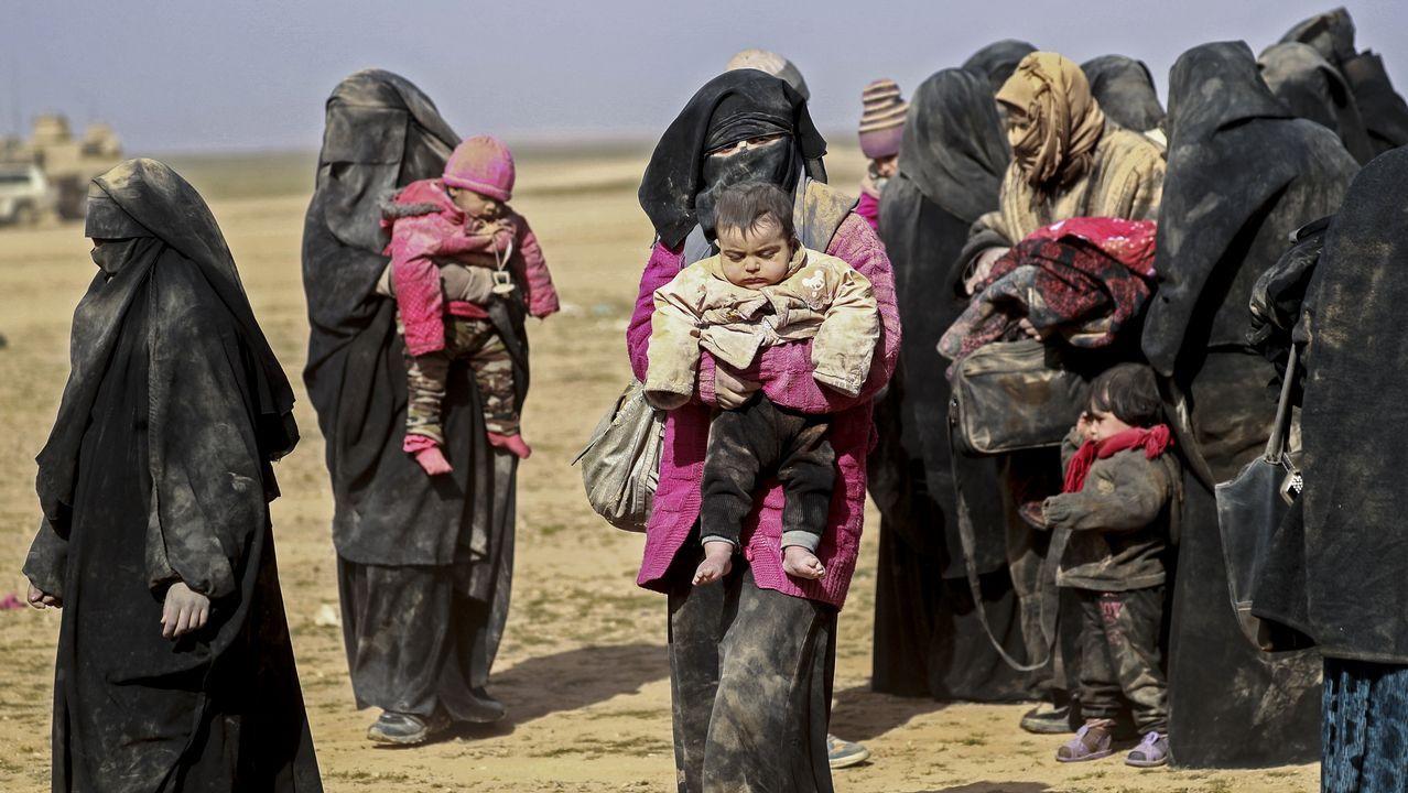 Mujeres con niños huyendo de Baghuz, el último reducto del Estado Islámico en Siria