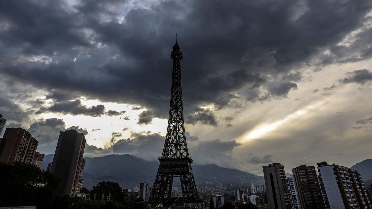 Vista de una réplica de la Torre Eiffel en Medellín, Colombia