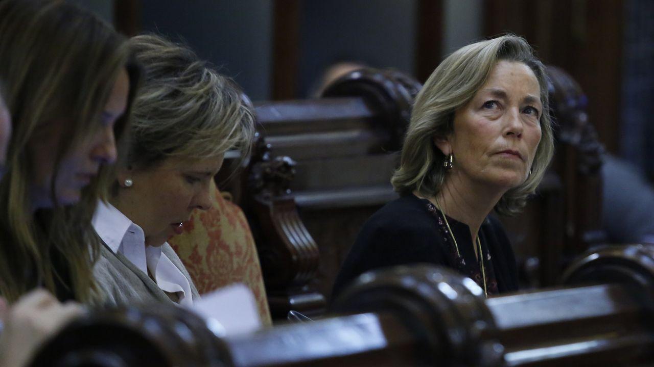 .Belén Lendoiro y Rosa Gallego, concejalas del PP, en el pleno municipal en A Coruña