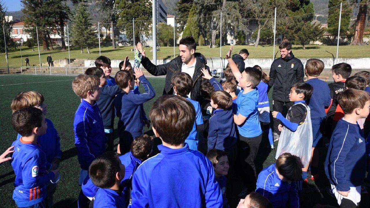 Angel Martin Gonzalez Real Oviedo Requexon.Diegui con los niños del campamento navideño