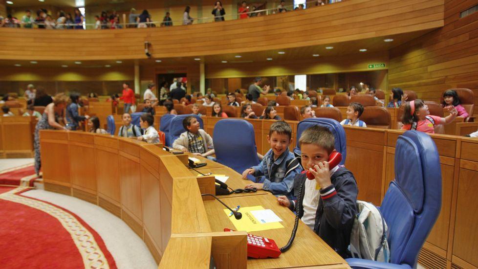 Exposición 30 aniversario de la Voz de Arousa.The Guardian» se pregunta cuándo el tema político debe entrar en la escuela. En la foto, un debate entre estudiantes en el Parlamento gallego
