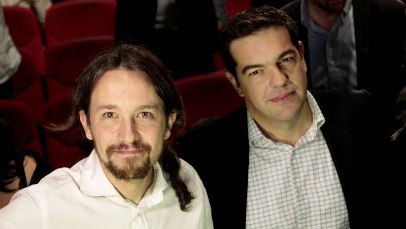 Rajoy y el principal líder de la oposición, Pedro Sánchez, ven peligrar el bipartidismo. En la foto, ambos se saludan en la sesión del Congreso de septiembre en la que este último debutó como jefe de filas del PSOE.