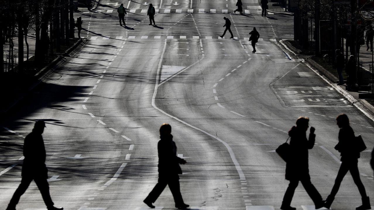 La gente cruza una calle cerrada al tráfico durante la visita del presidente ruso Vladimir Putin en Belgrado, Serbia