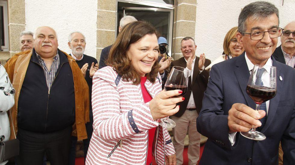 María do Ceo brinda con vino de Amandi con el alcalde de Sober, Luis Fernández Guitián