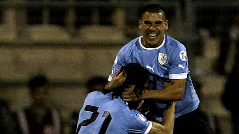 Vídeos resúmenes de la jornada de Primera división.Maxi Pereira y Cavani celebran el primer gol de Uruguay