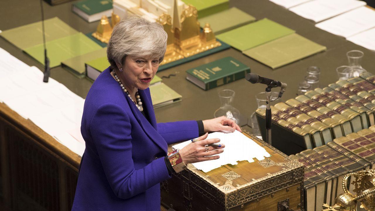 Theresa May ofrece su dimisión a cambio de que se apruebe su plan del «brexit».Theresa May visita hoy Irlanda del Norte para intentar llegar a una acuerdo sobre la frontera