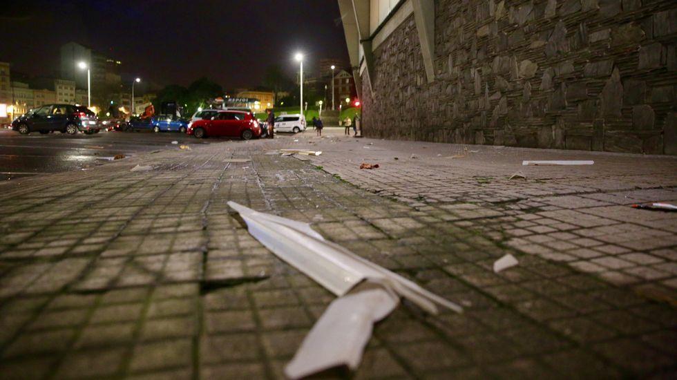 .Uralitas caídas en la calles de las cubiertas del estadio de Riazor en A Coruña.