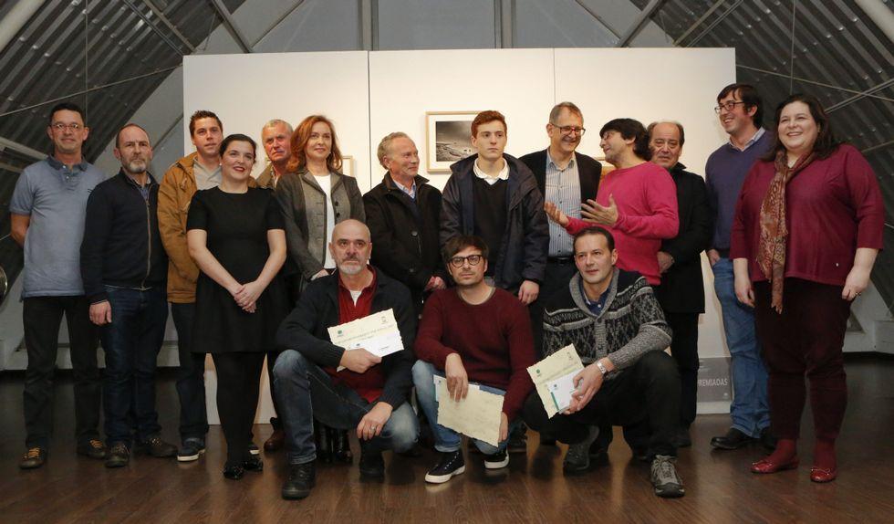 El jurado, los premiados, las autoridades locales y los parientes de Xosé Manuel Eirís, durante el acto de ayer