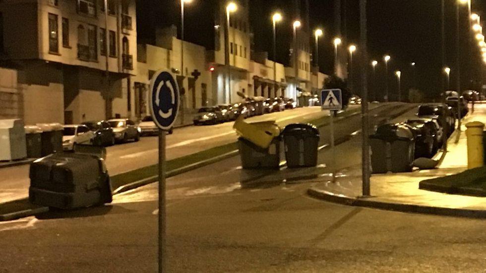 Contenedores movidos por el viento en Ourense, en la zona nueva de Barrocás