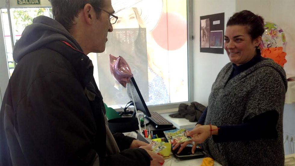 La campaña turística de Asturias para 2017.Roberto Porras y Verónica Menéndez, intercambiando «santiaguinos»