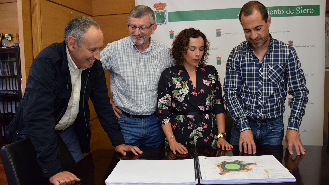 El alcalde de Siero, Ángel García y la concejala de Urbanismo, Noelia Macías