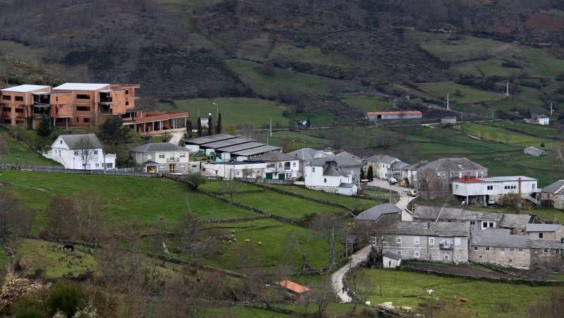 Delgado, señalando el casco urbano de Vilamartín (al fondo).