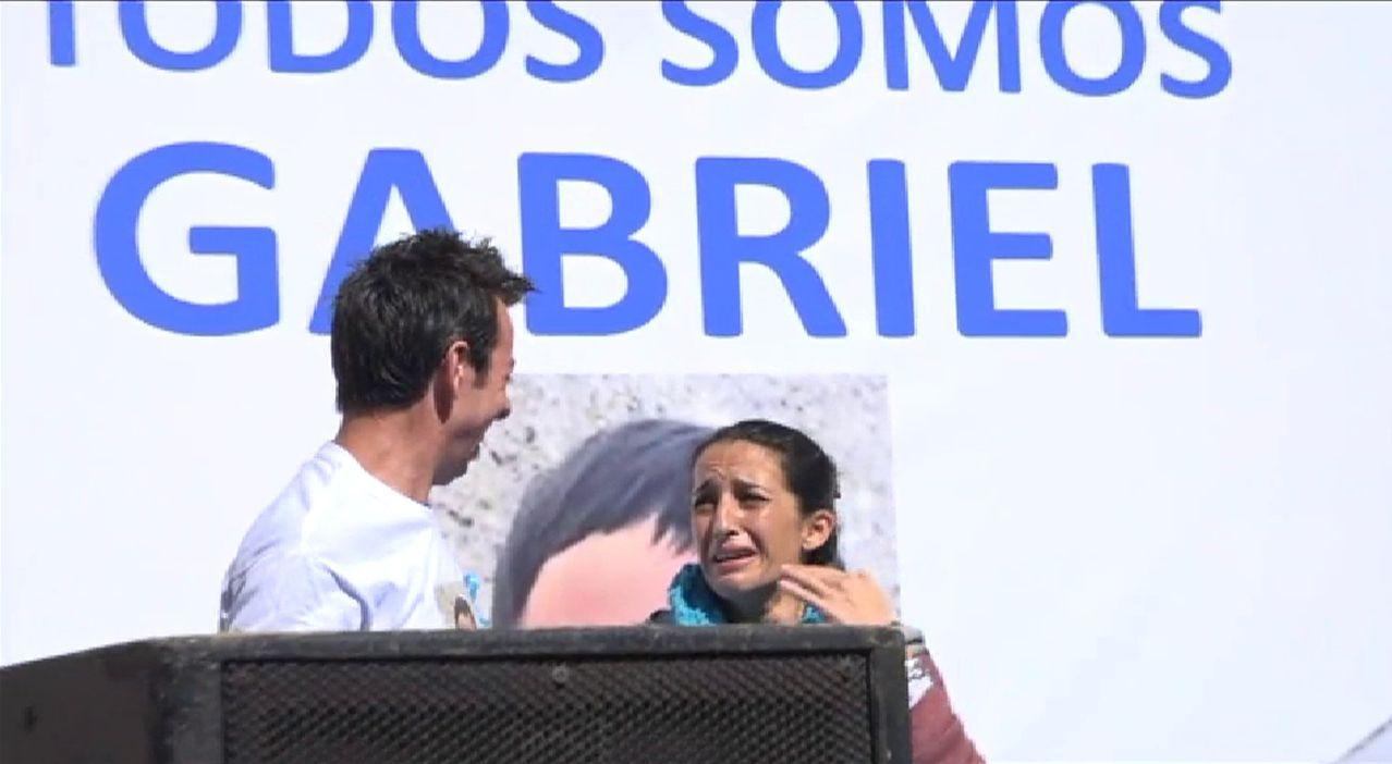 Los padres de Gabriel piden que no decaiga su búsqueda, más emocionados que nunca.Ana Julia, con el padre de Gabriel en un acto de apoyo a la familia