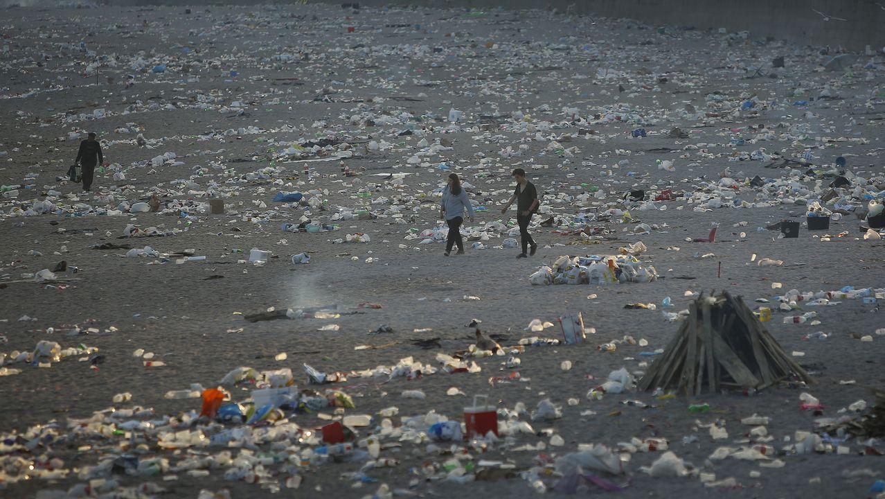 Así amanecieron las playas coruñesas tras la noche de San Xoán.