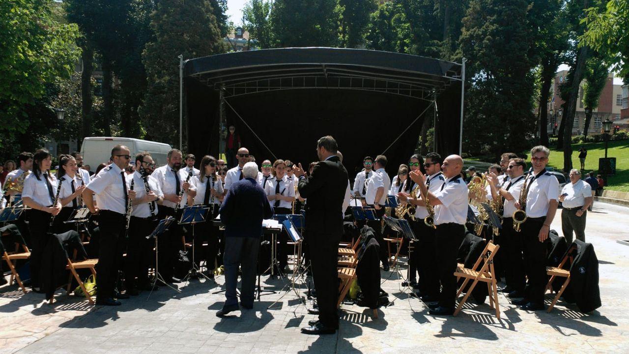 La banda de música se prepara para tocar en el Campo San Francisco