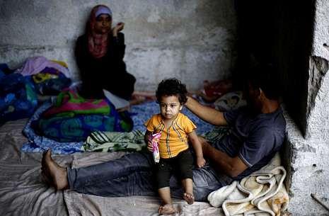 Una familia palestina se resguarda en un refugio improvisado de un hospital de Gaza.