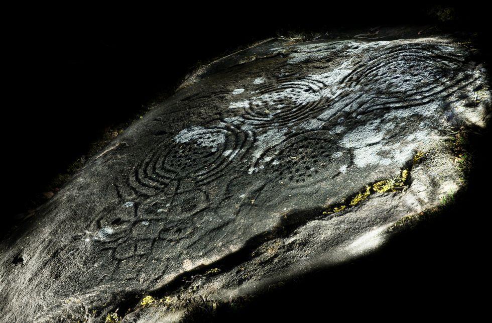 <span lang= es-es >Hallazgos</span>. Los grabados de Monte das Pedras o Monte Castelo (arriba) estaban ilocalizables desde mediados del siglo pasado y se creían destruidos. A la izquierda, diseño del petroglifo, realizado por Enrique Campo en 1909.