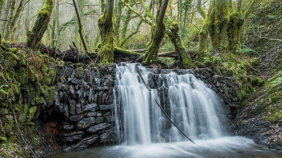 La presa del arroyo de Santiago, según la tradición local, fue construida en parte con los restos de una antigua capilla