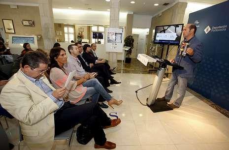 Louzán explica los conciertos a alcaldes, el director de la Vuelta y la diputada Begoña Estévez.