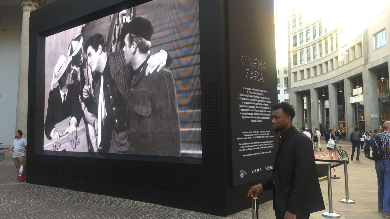 Así es la renovada tienda de Zara en el centro de Milán.La reforma incorpora detalles inspirados en la sala de cine, como estas lámparas que recuerdan las antiguas butacas