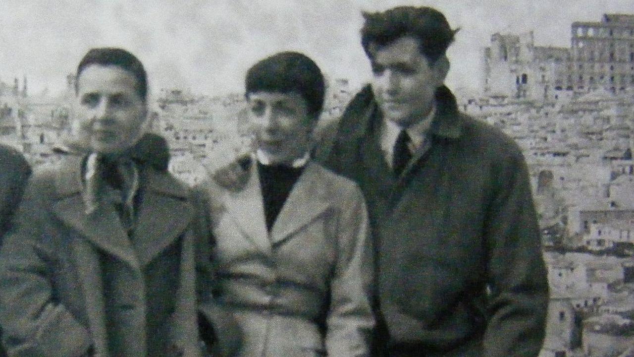 .Aurora y Julio, en una foto tomada en mayor de 1956 durante una excursión a Toledo (al fondo, las ruinas del Alcázar). Se habína casado en 1952. En este viaje visitaron también Galicia. Paco Luis Bernández, hermano de Aurora por parte de padre, era entonces embajador argentino en España.