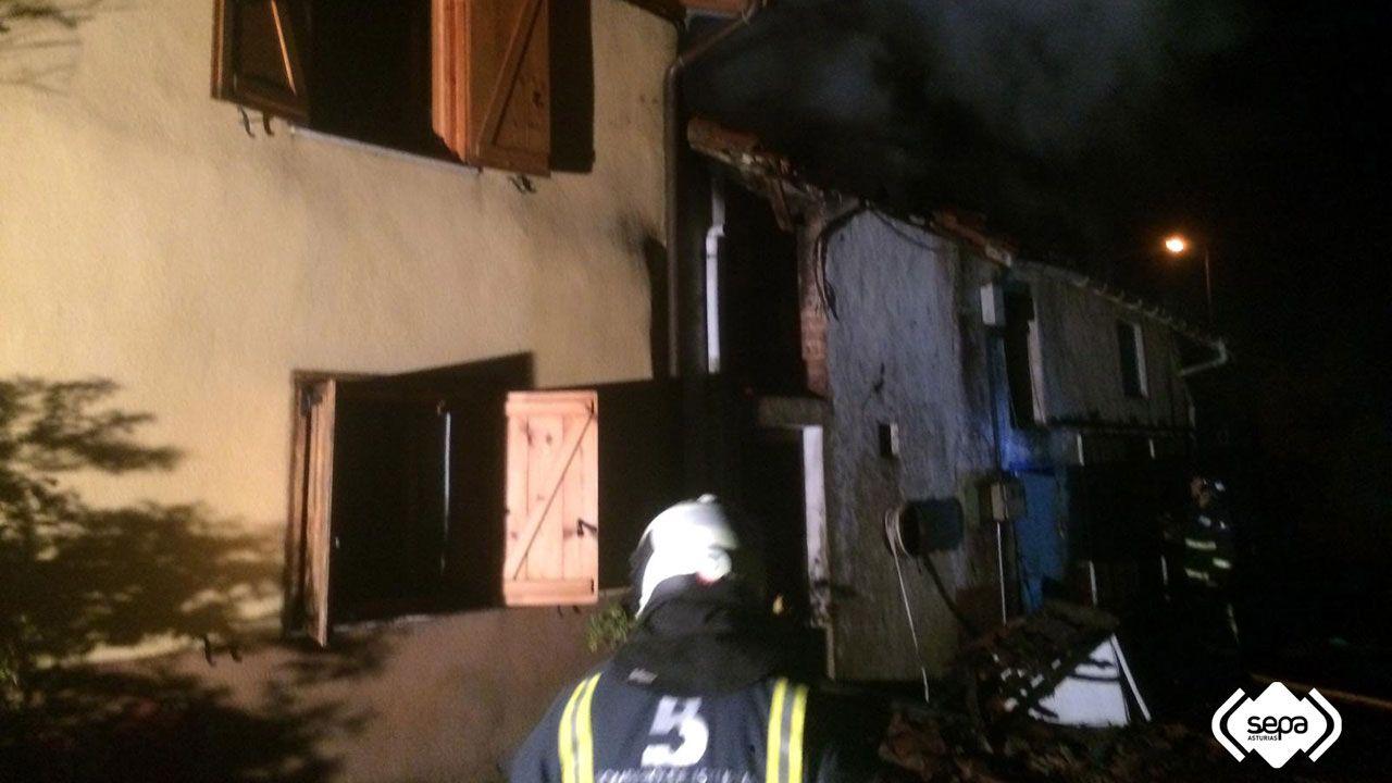 El vídeo viral del conductor temerario en Cangas del Narcea.Bomberos en el incendio de Arboleya, en Cabranes