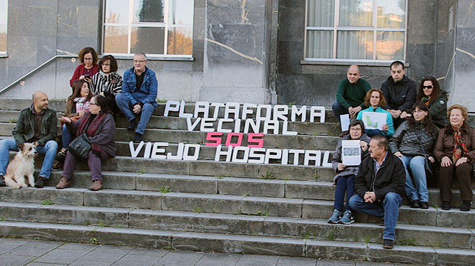 La plataforma SOS viejo HUCA, en las escaleras del antiguo hospital, presenta su proyecto para los terrenos.La plataforma SOS viejo HUCA, en las escaleras del antiguo hospital
