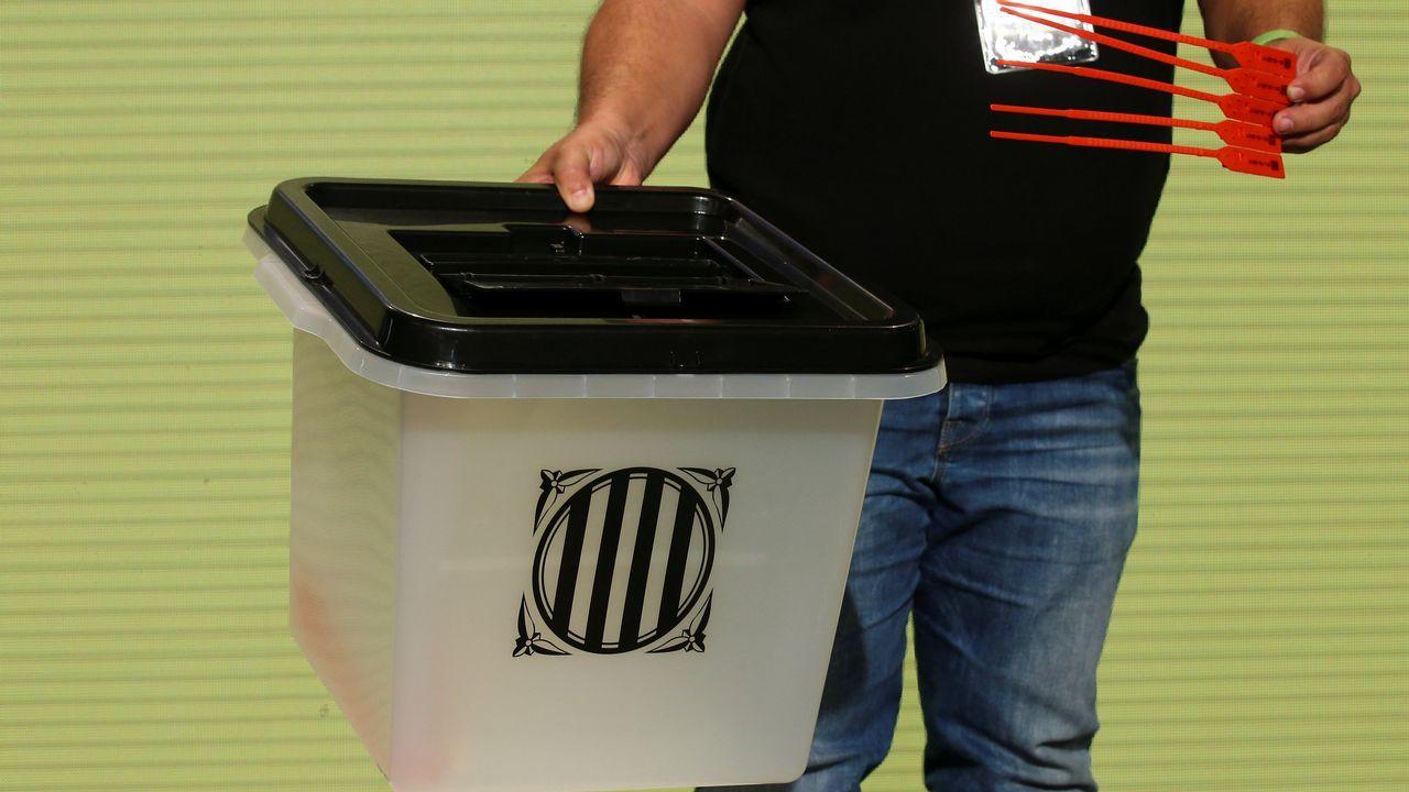 Así son las urnas del 1-O: contenedores sellados con bridasrojas.