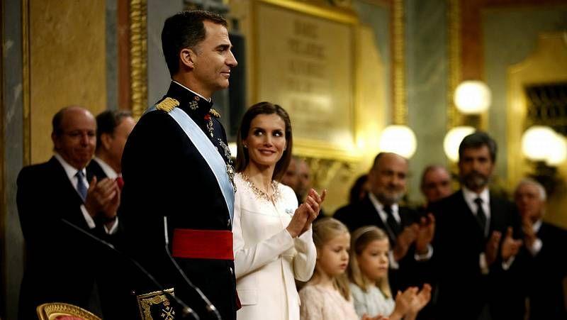 Así es el vestido.Felipe VI y Letizia, con representantes de asociaciones y fundaciones de víctimas del terrorismo, en su primer acto oficial como reyes.
