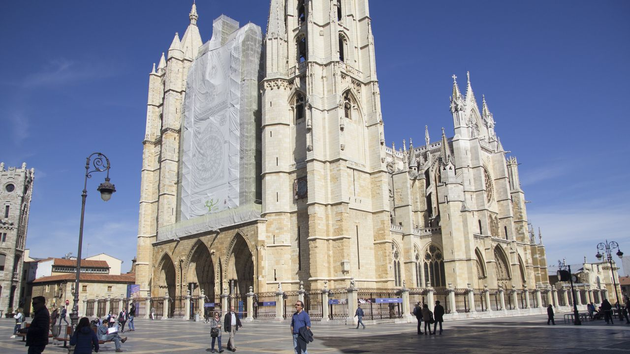 Galicia tiene un «Atlántico interior» y está en León.El alcalde de Oleiros, Ángel García Seoane, en la furgoneta que utiliza para la campaña