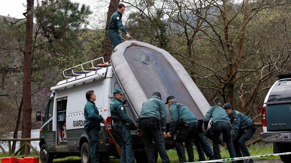 Mano, fumar, dumador, vaso, alcohol.Agentes de la Guardia Civil junto a la lancha utilizada hoy en el embalse de Arbón en el que apareció el cuerpo de la gijonesa de 43 años Paz Fernández Borrego