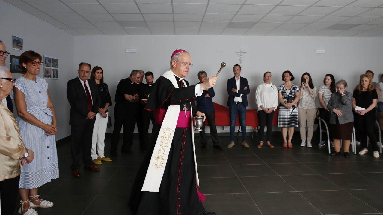 El Papa besa a una niña a su llegada a la audiencia general de los miércoles en el Vaticano