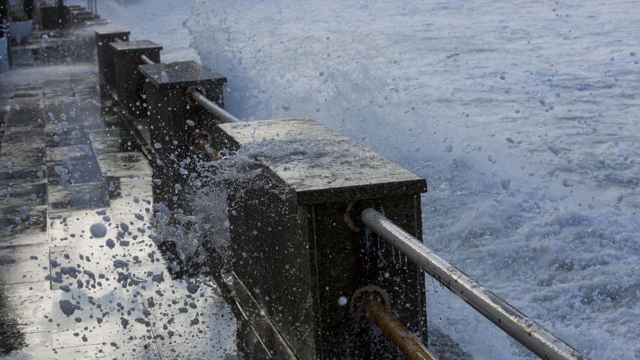El mar se cuela en el paseo marítimo de Malpica