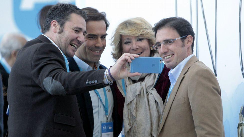 En el 2015, haciéndose un selfie con varios asistentes al congreso del PP en Madrid.