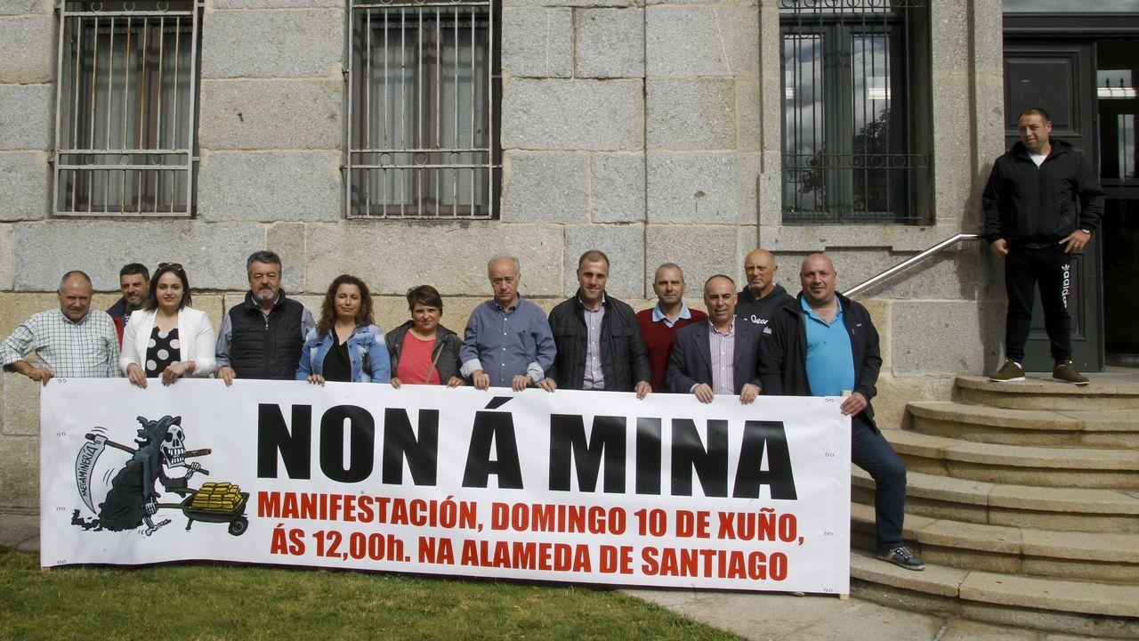 Portos retira la pancarta de la manifestación en contra de la mina de Touro de la cofradía de Vilanova