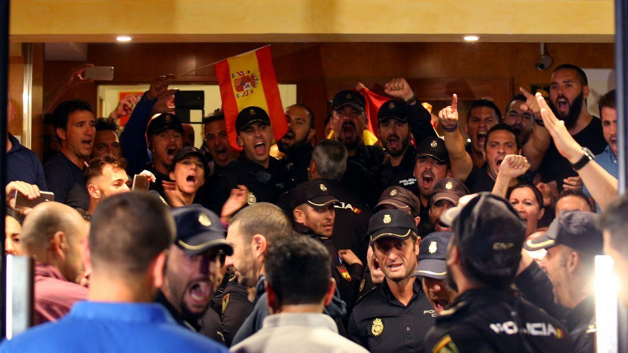 Los independentistas increpan a los agentes ante sus hoteles: «A por ellos, oé».Adrián Barbón sube al escenario del Calatrava ante los aplausos de su Ejecutiva