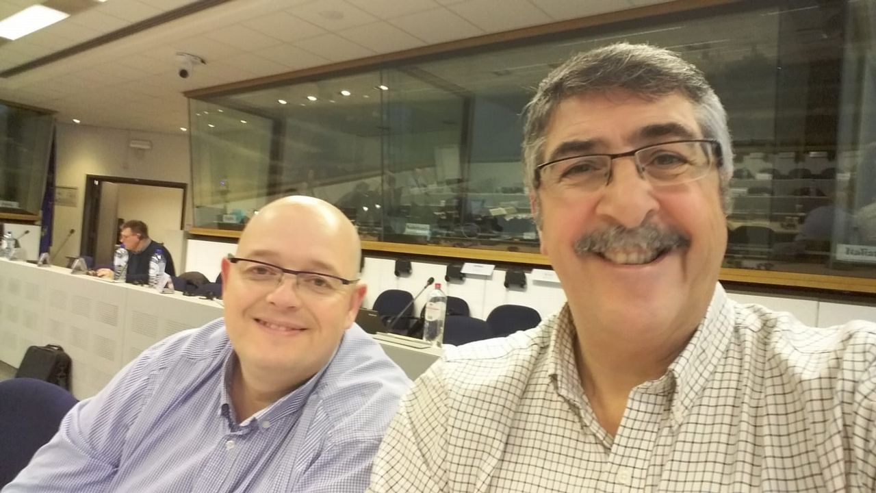 El informático Manuel Suárez, izquierda, y el secretario de Acerga, en un descanso de la sesión de trabajo