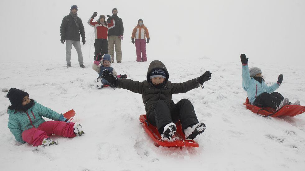 La nieve atrae a numerosas familias a O Cebreiro.Fuentes de Invierno