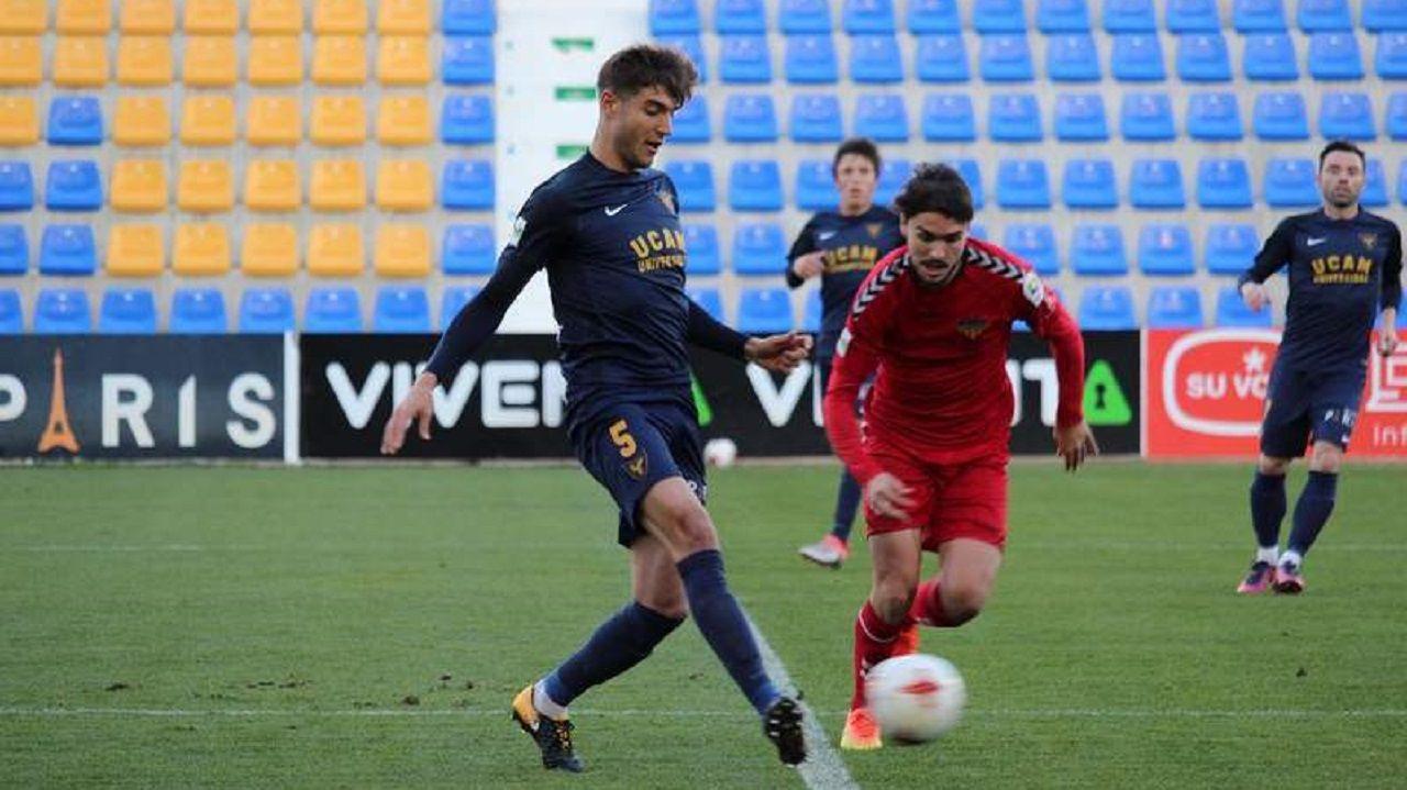 Gol Ibra Real Oviedo Sporting derbi Carlos Tartiere.Javi Fernández, de azul, en un partido con el UCAM Murcia
