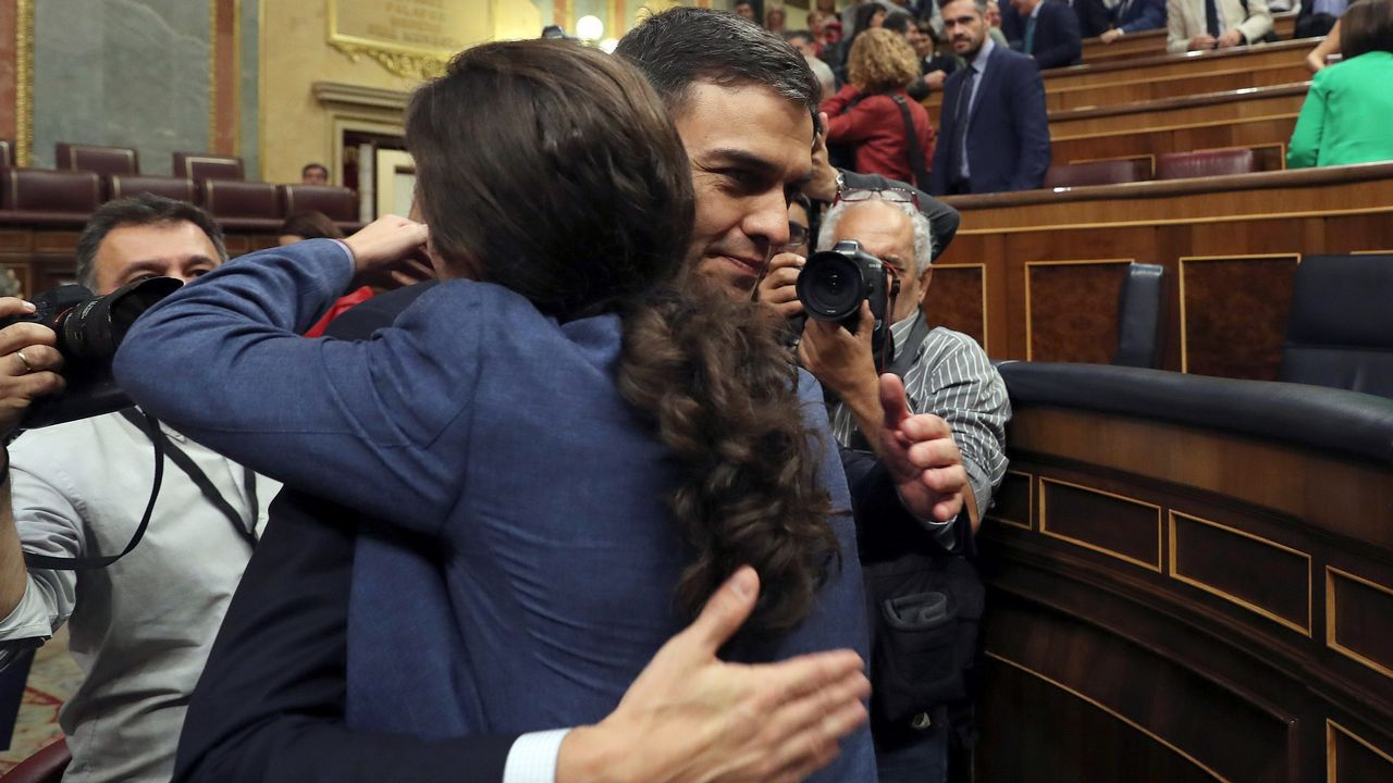 Pedro Sánchez recibe el abrazo de Pablo Iglesias tras ser investido presidente.
