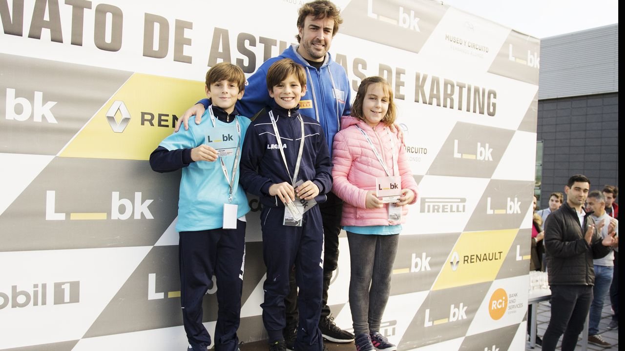 Fernando Alonso en la entrega de los premios a los jóvenes e la prueba