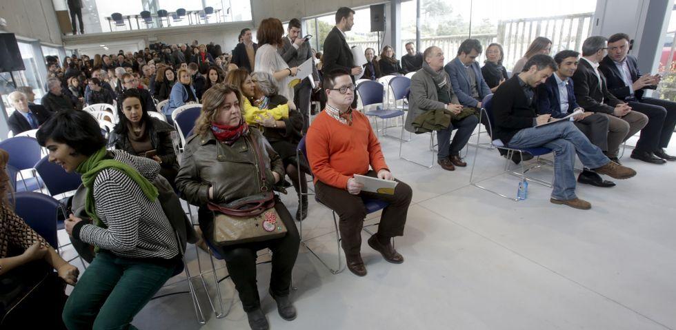 Con jersey naranja, en primera fila, Jaime, que hizo de presentador del acto en el que se inauguró oficialmente la sede.