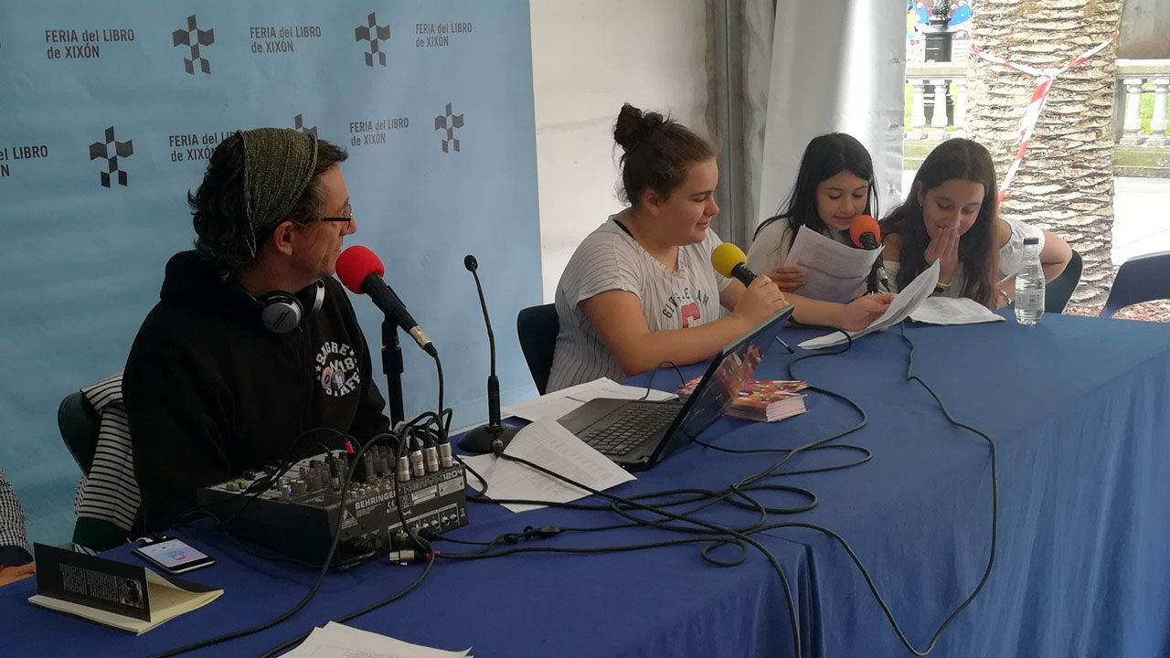 Alumnas del CP Miguel de Cervantes durante la presentación del programa «Palabras Mayores» en la Feria del Libro de Gijón 2019