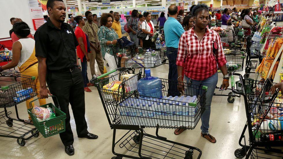 El huracán Matthew descarga su furia enHaití.Jamaicanos haciendo acopio de alimentos