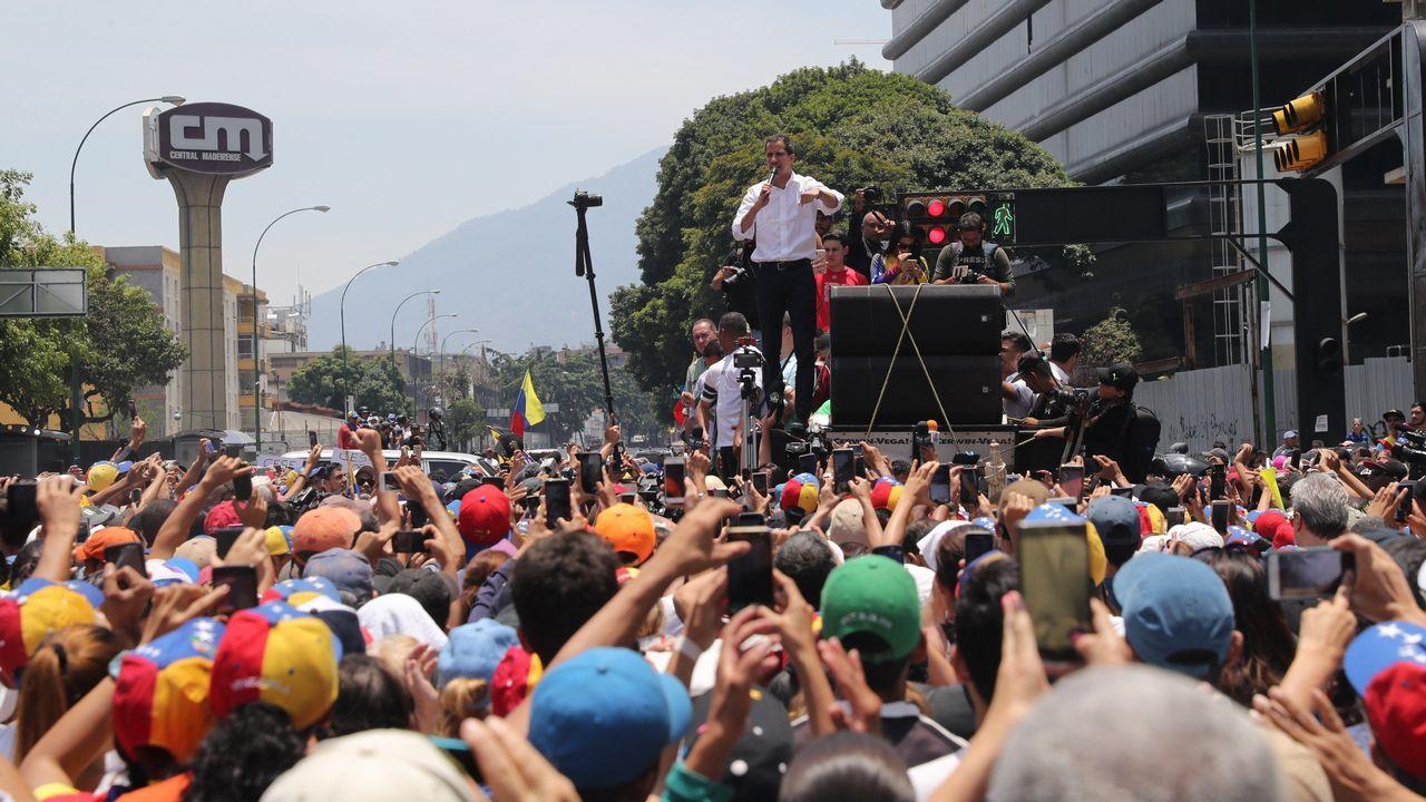 El presidente interino, Juan Guaidó, dirigiéndose a los manifestantes en Caracas