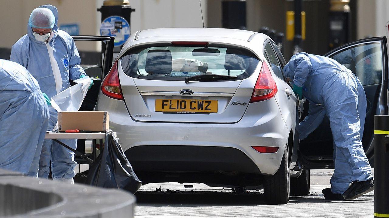 Oficiales forenses examinan el coche que chocó contra las barreras del Parlamento británico en Londres. Un conductor arrolló a varios ciclistas y peatones antes de chocar contra las barreras de seguridad del Parlamento británico en un suceso que está siendo tratado como acto terrorista